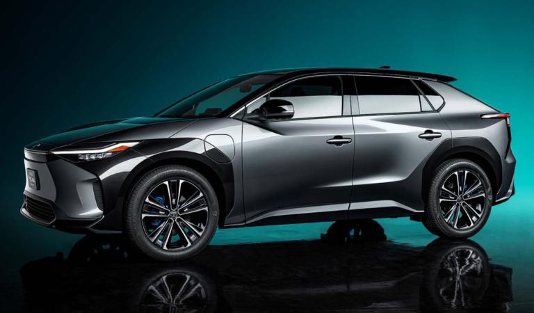 Toyota запускает первый электромобиль