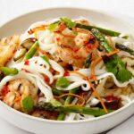 Салат с рисовой лапшой, креветками и грибами