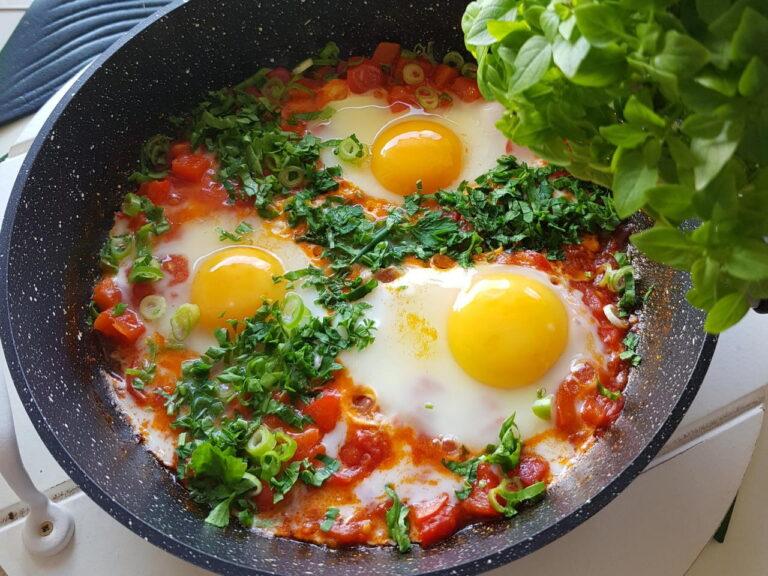 Яичница с помидорами или овощами