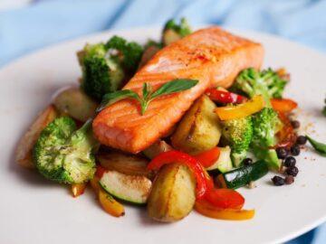 Жареный лосось с перцем и овощами